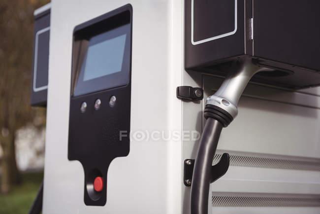 Gros plan du chargeur à la station de charge électrique — Photo de stock