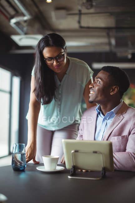 Homme d'affaires et un collègue interagir entre eux dans le bureau — Photo de stock