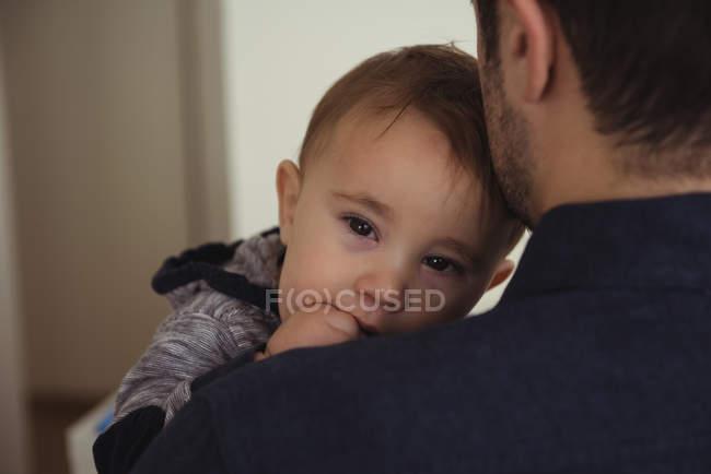 Закри батька, тримаючи дитину сина в домашніх умовах — стокове фото