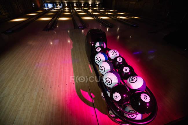 Інтер'єр порожній боулінг-клуб з боулінг кулі — стокове фото