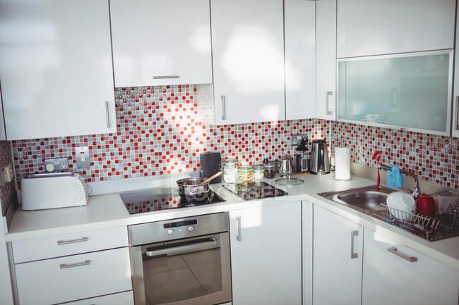 Вид на сучасну кухню в домашніх умовах — стокове фото