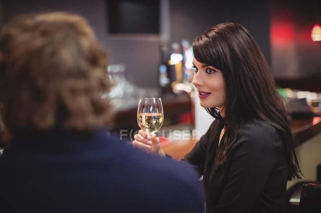 Paar beim Trinken zusammen in bar — Stockfoto