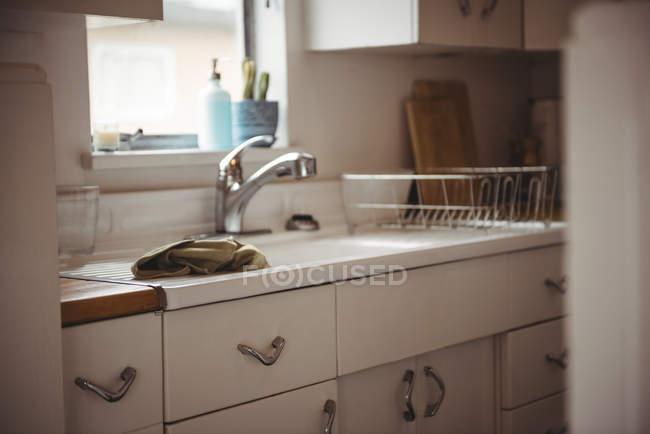 Moderno branco cozinha com pia e torneira interior — Fotografia de Stock