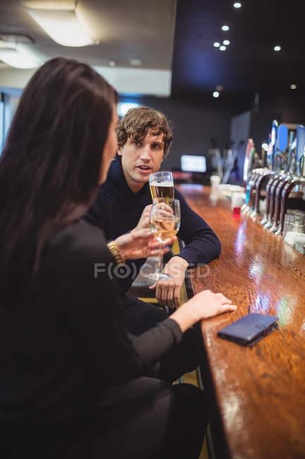 Paar trinkt gemeinsam in Bar — Stockfoto