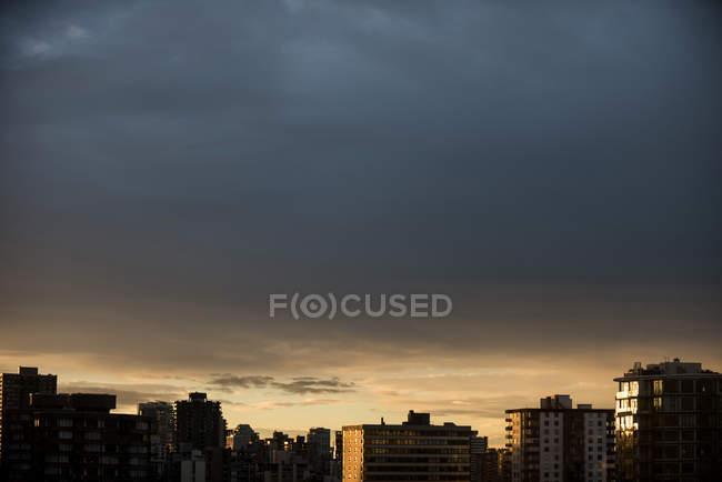 Vista panorámica del paisaje urbano durante la puesta del sol - foto de stock