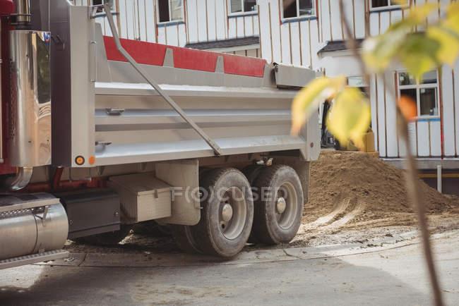 Самоскид грязьових розвантаження на будівельному майданчику — стокове фото