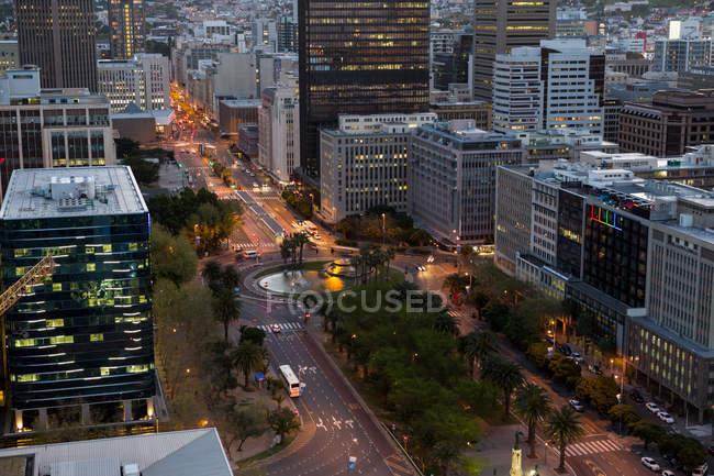 Vista aérea de rascacielos corporativos en la ciudad de noche - foto de stock