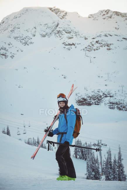 Esquiador em pé com ski na paisagem coberta de neve — Fotografia de Stock
