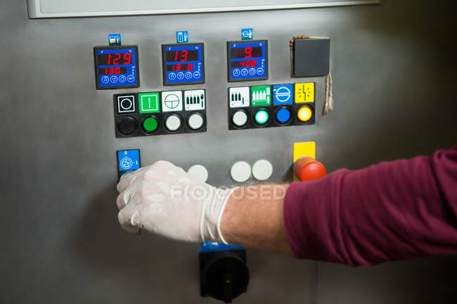 Hand der Arbeiter, die Maschine im Werk abgeschnitten — Stockfoto