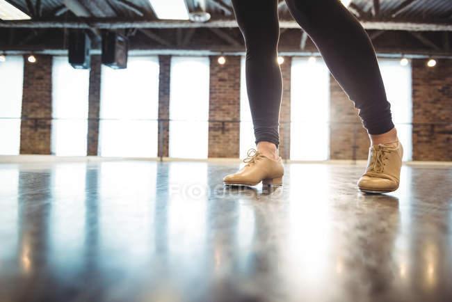Feet of woman practicing a dance in dance studio — Stock Photo