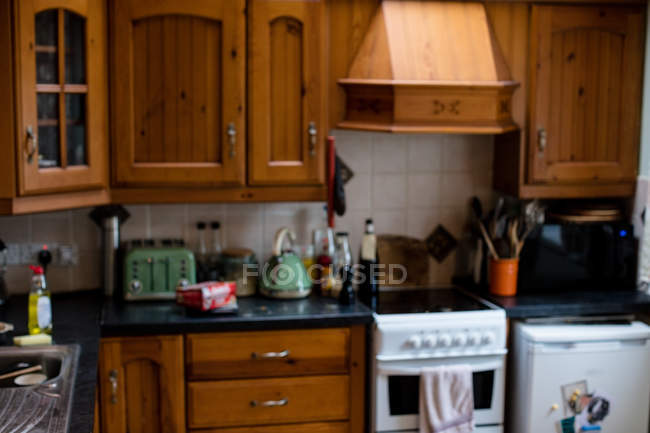 Vista interior da tradicional cozinha com electrodomésticos em casa — Fotografia de Stock