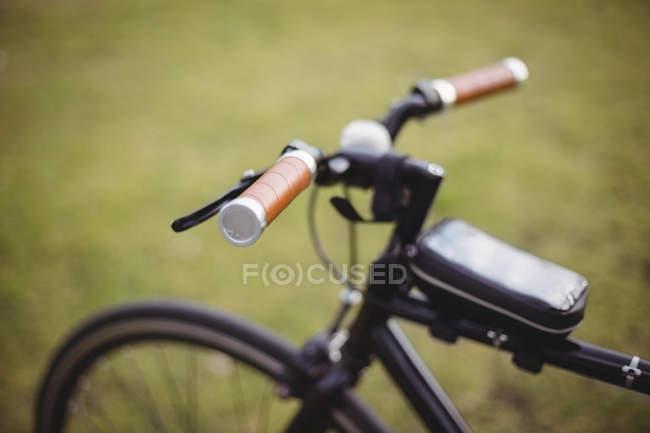 Закри велосипедів обробляти в парку на зеленому тлі — стокове фото