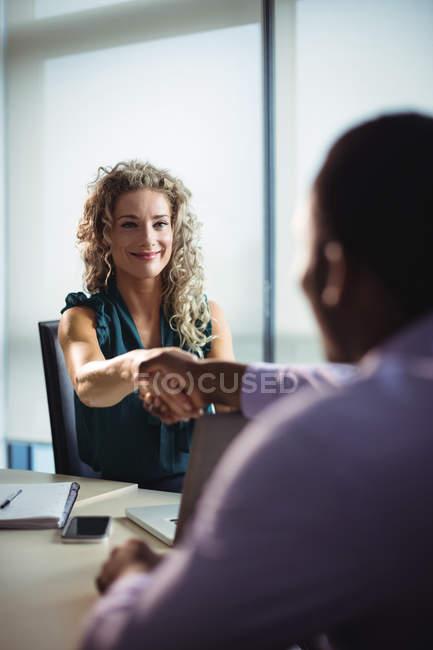 Dirigeants d'entreprises se serrant la main au bureau — Photo de stock