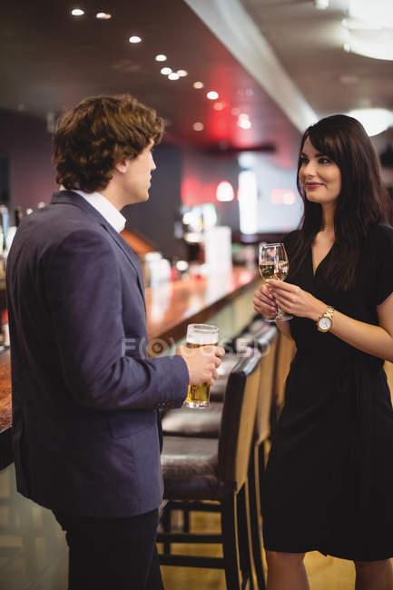 Paare, die Getränke zusammen in bar — Stockfoto