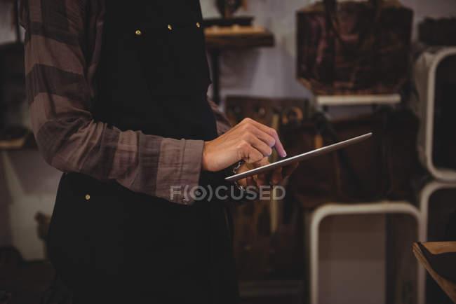 Metà sezione di artigiana utilizzando tablet digitale in officina — Foto stock