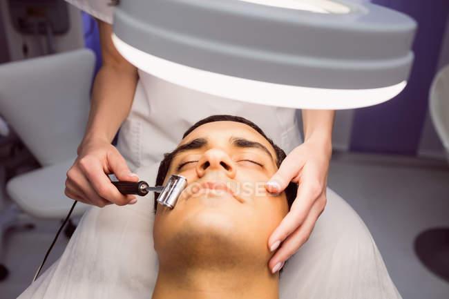 Дерматолога, що виконують лазерна епіляція на обличчі пацієнта в клініку — стокове фото