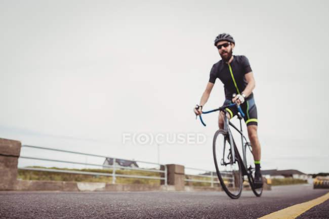 Athlète équitation vélo de sport sur route de campagne — Photo de stock