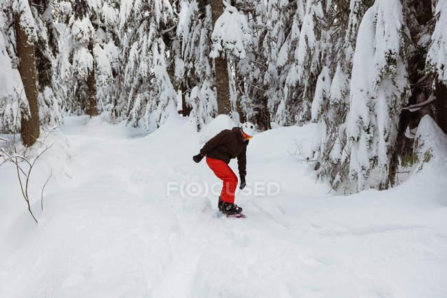 Man snowboarding on snowy mountain slope — Stock Photo