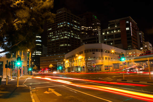 Длительной экспозиции современного города улица ночью — стоковое фото