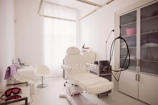 Zahnarztstuhl und Werkzeug in leerer Zahnarztpraxis — Stockfoto