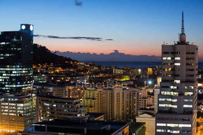 Вид з корпоративних хмарочосів в місті вночі — стокове фото