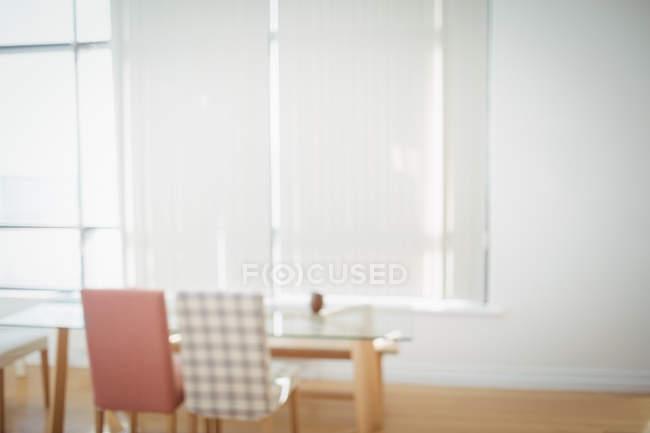 Порожній обіднім столом і стільцями вдома — стокове фото