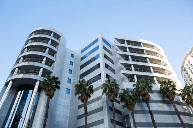 Офісні будівлі в місті з сучасною архітектурою, низький кут зору — стокове фото