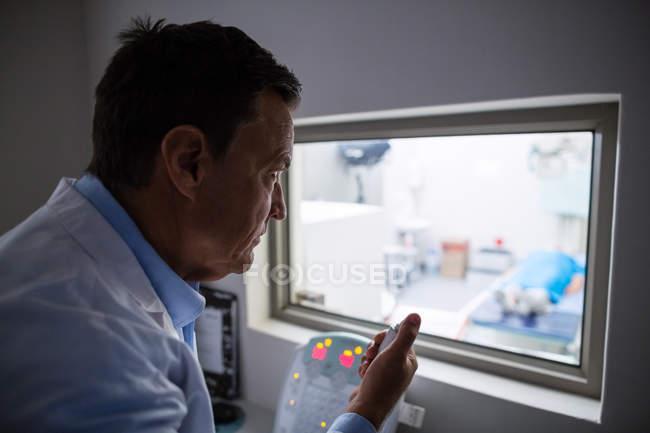 Médecin à l'aide de panneau unité de radiographie à l'hôpital — Photo de stock