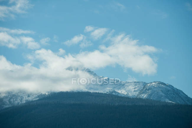 Vue majestueuse de la magnifique chaîne de montagnes enneigée et les nuages — Photo de stock