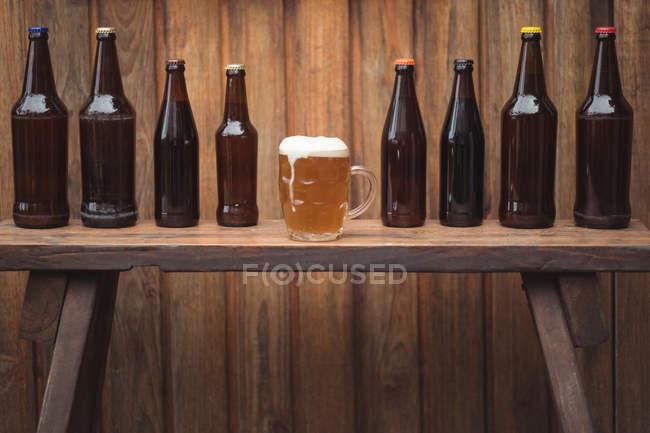 Домашнее пиво бутылки и кружкой пива в домашней пивоварни — стоковое фото