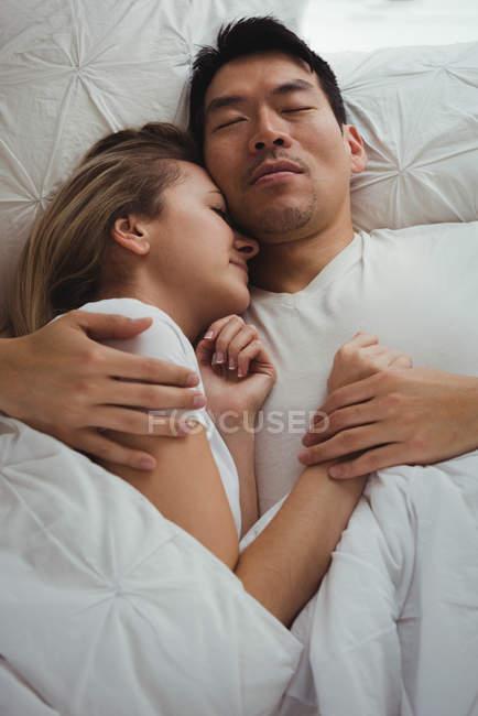 Couple dormant ensemble dans la chambre à coucher à la maison — Photo de stock