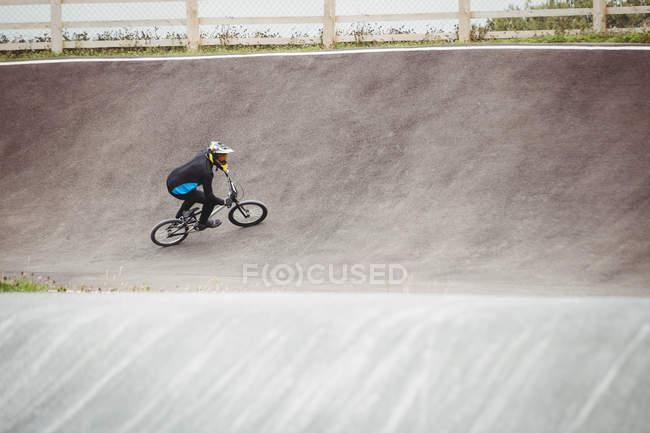 Велогонщик на велосипеде BMX в скейтпарке — стоковое фото