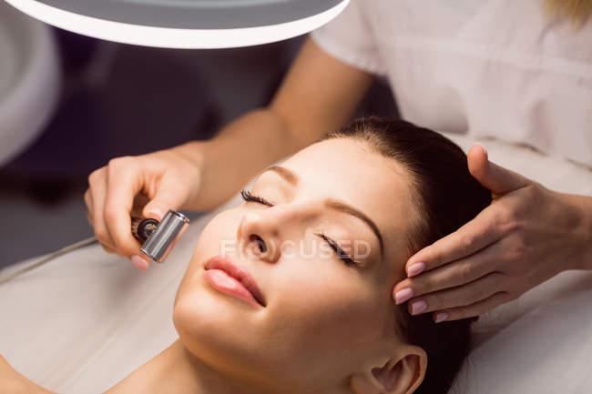 Nahaufnahme des Dermatologen bei der Laser-Haarentfernung im Gesicht des Patienten in der Klinik — Stockfoto