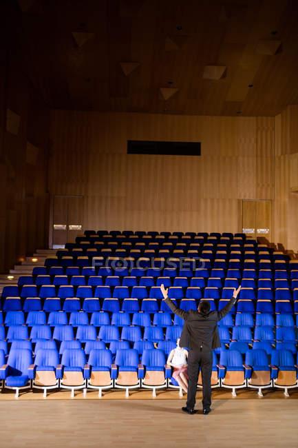 Ejecutivos de negocios practicando el discurso en el centro de conferencias - foto de stock