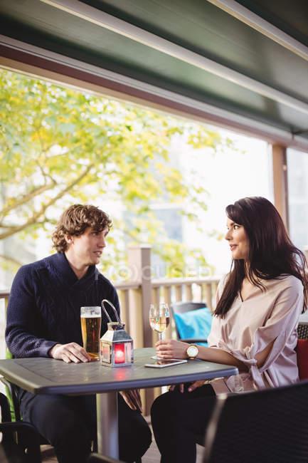 Paar Getränke zusammen im restaurant — Stockfoto