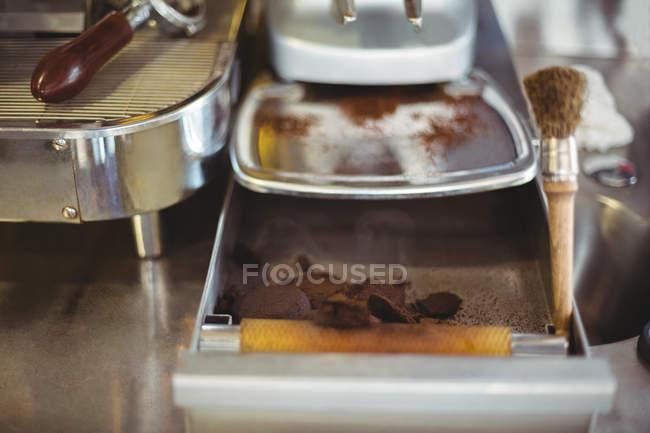 Close-up de caixa de batida com escova no café — Fotografia de Stock