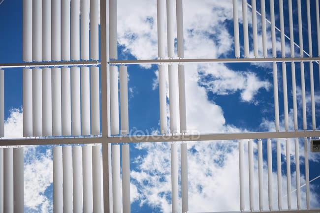 Вид на облака и небо через потолок офиса — стоковое фото