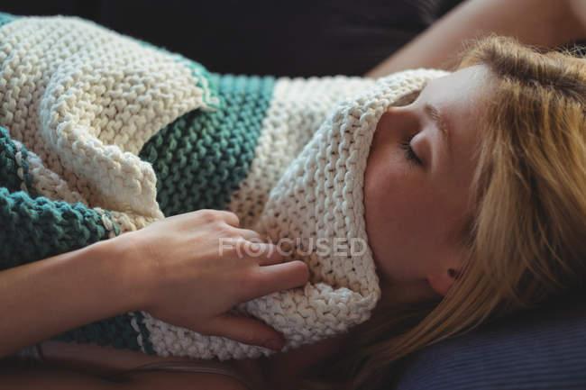 Bella donna che si rilassa sul divano in soggiorno a casa — Foto stock