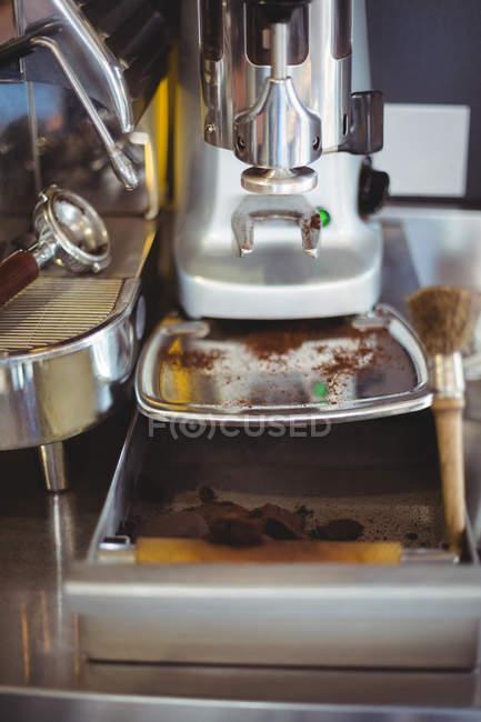 Nahaufnahme von knock Box mit Pinsel im café — Stockfoto