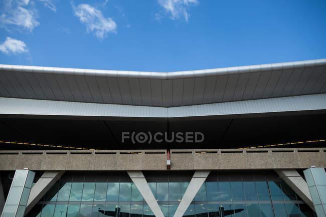 Зовнішній вигляд сучасної будівлі аеропорту. — стокове фото