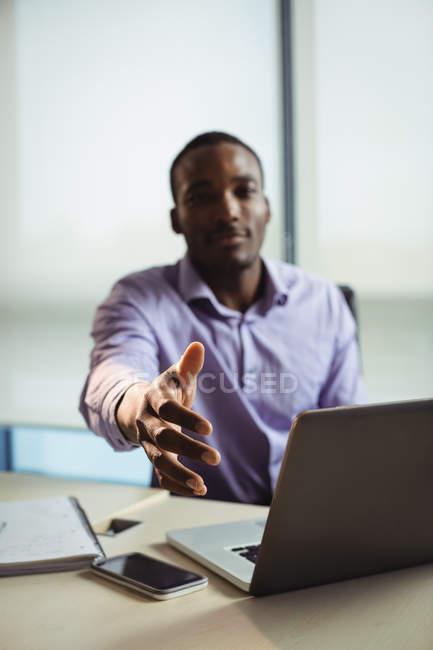 Lifschitz gesticulant une poignée de main au bureau — Photo de stock