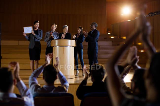Une dirigeante reçoit un prix au centre de conférence — Photo de stock
