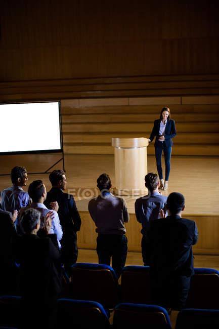 Audiência aplaudindo palestrante após apresentação da conferência no centro de conferências — Fotografia de Stock