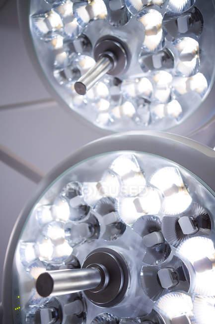Gros plan des lumières chirurgicales dans le bloc opératoire de l'hôpital — Photo de stock