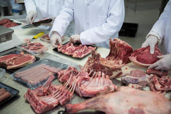Мясники, очистка рубленого мяса на мясокомбинат — стоковое фото