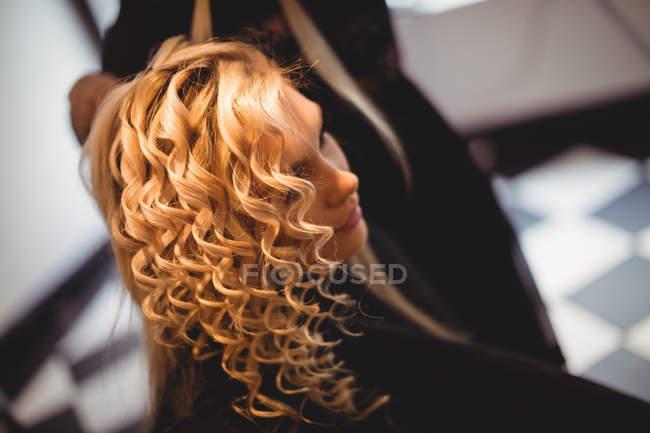 Крупным планом женщины в салоне волосы — стоковое фото
