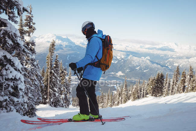 Esqui esquiador em montanhas cobertas de neve — Fotografia de Stock