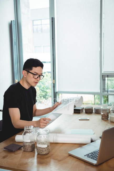 Business executive guardando il progetto in ufficio — Foto stock