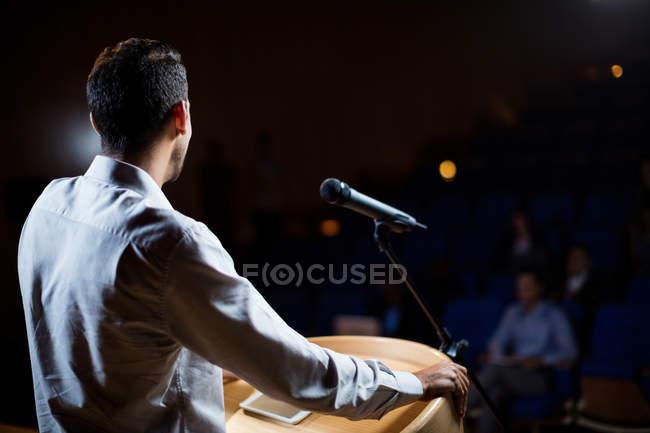 Executivo de negócios do sexo masculino dando um discurso no centro de conferências — Fotografia de Stock
