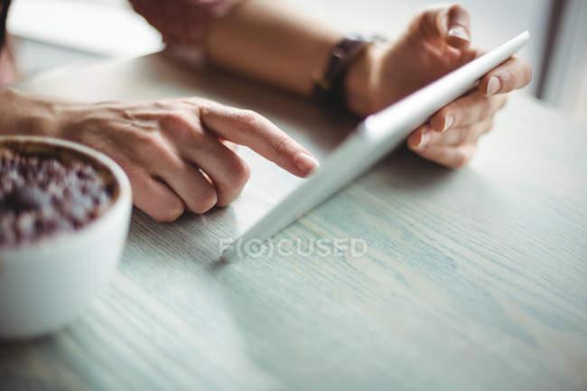 Рука жінка, використовуючи цифровий планшетний в кафе — стокове фото